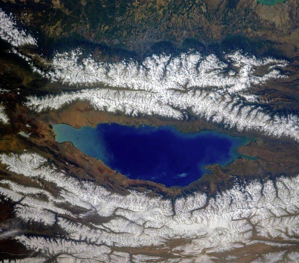 Visão do espaço do lago Issyk-Kul, no Quirguistão