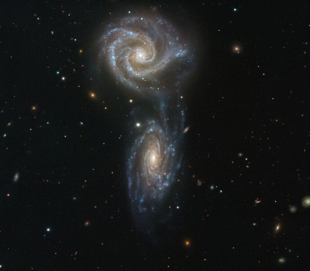 Galáxias NGC 5426 e NGC 5427 interagindo na constelação de Virgem há 127 milhões de anos-luz da Terra