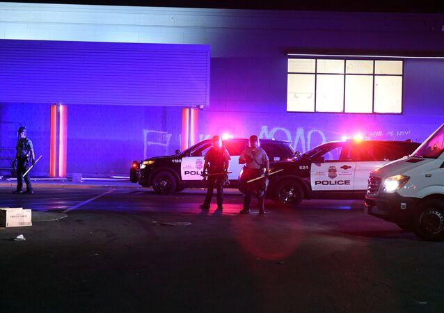 Polícia chega para verificar mercado saqueado em protesto na cidade de Minneapolis, nos EUA. Foto de 28 de maio de 2020.
