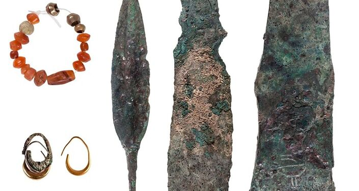 Armas e bijuteria encontrado em um templo cananeu do século XII a.C. em Lachish.