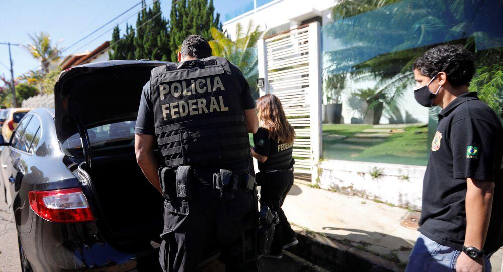 Agentes da Polícia Federal cumprem mandados de busca e apreensão no inquérito das fake news