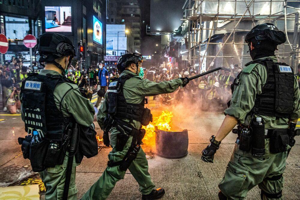 Polícia dispersa manifestantes em protesto na cidade chinesa de Hong Kong