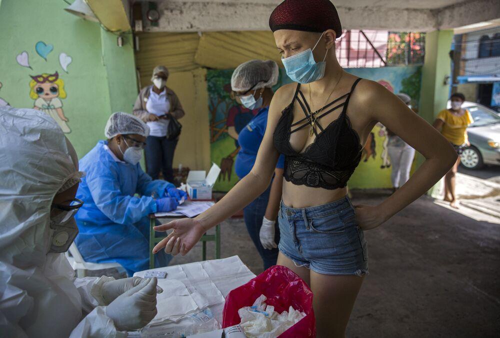 Funcionários do Ministério da Saúde Pública da República Dominicana realizam testes rápidos da COVID-19