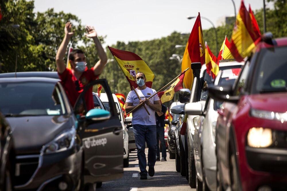 Madrilenos saem às ruas para protestar contra as medidas da quarentena tomadas pelo governo espanhol