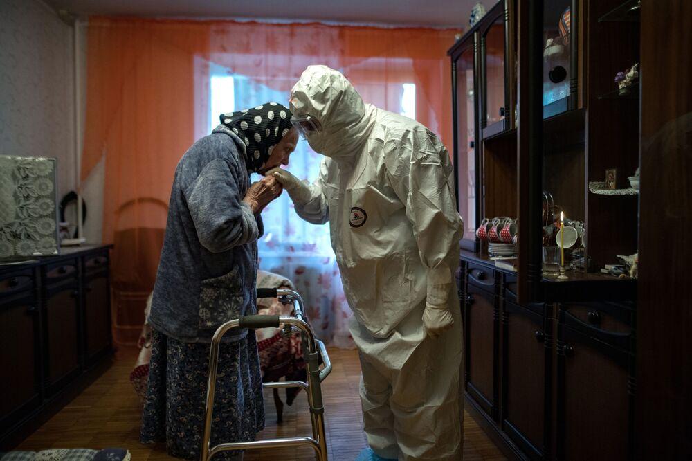 Padre ortodoxo Ioann Kudryavtsev visita fiel que contraiu o coronavírus na Rússia