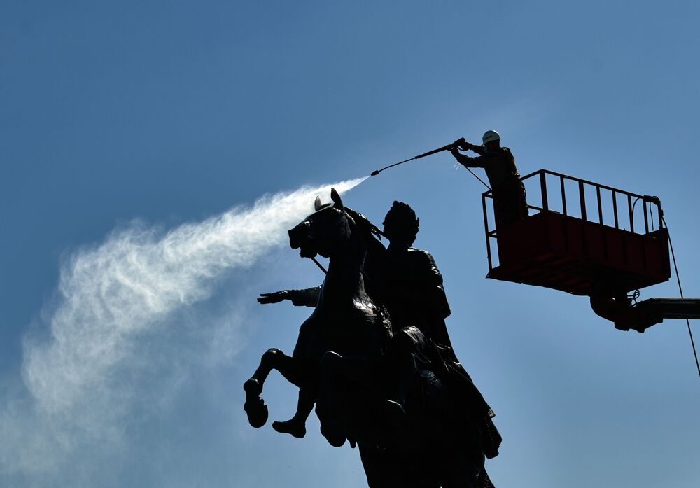 Estátua de Pedro, o Grande é lavada na praça do Senado em São Petersburgo, Rússia