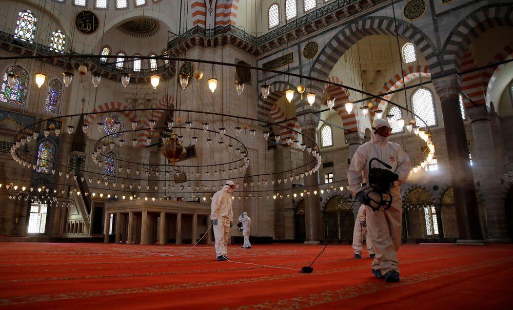 Mesquita Suleiman é desinfetada em Istambul, na Turquia, no contexto da pandemia do coronavírus