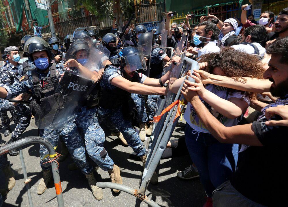 Manifestantes entram em choque com a polícia em Beirute, no Líbano, ao tentarem ultrapassar barricadas para protestar contra mudanças da lei de anistia no país
