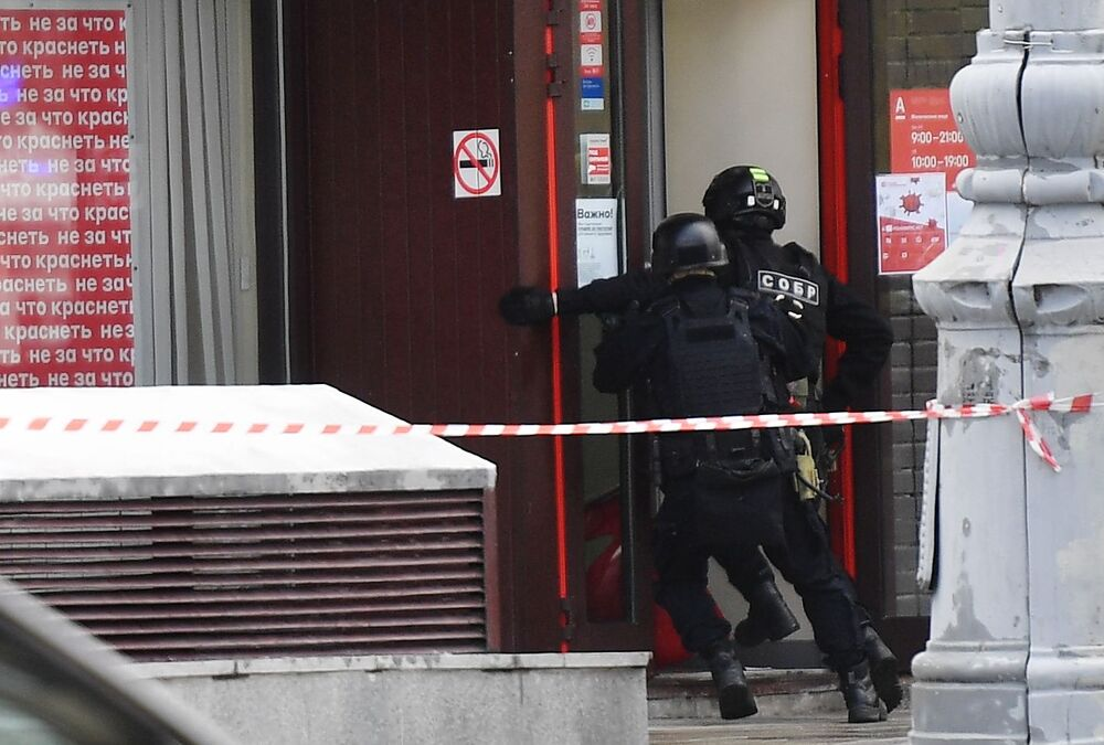 Policiais moscovitas em uma das agências do banco Alfa-bank, no centro da capital russa, enquanto reféns são mantidos no local por homem