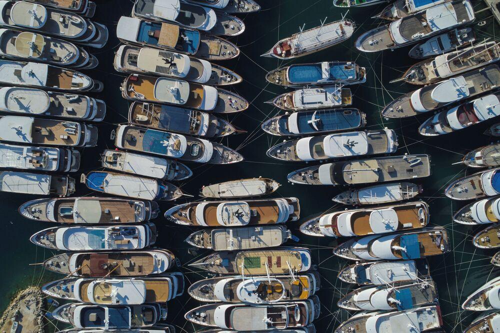 Iates luxuosos são vistos na marina de Krilo Jesenice, na Croácia, durante a pandemia