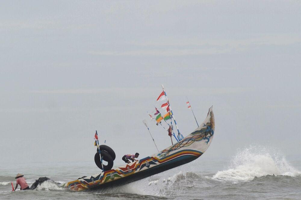Barco pesqueiro é levantado por onda em Sumatra Ocidental na Indonésia
