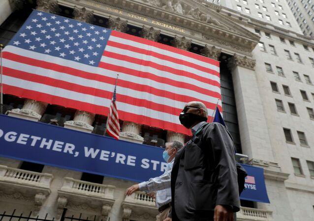 Corretores passam pela Bolsa de Nova Iorque no dia em que o edifício abre pela primeira vez desde março, enquanto o surto de COVID19 continua grassando no bairro de Manhattan, Nova Iorque, EUA, 26 de maio de 2020