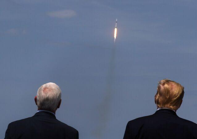 Donald Trump e Mike Pence acompanham o lançamento do foguete SpaceX na Flórida