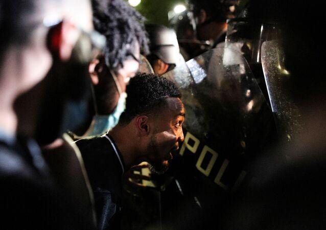 Manifestantes e policiais em Minneapolis, nos EUA