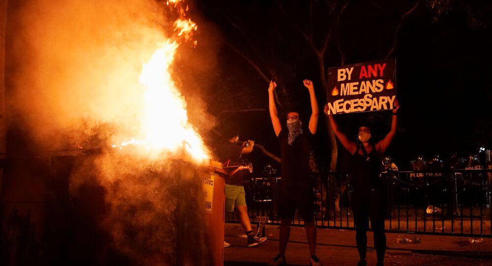 Manifestantes protestam próximo da Casa Branca em Washington pela morte do cidadão negro George Floyd