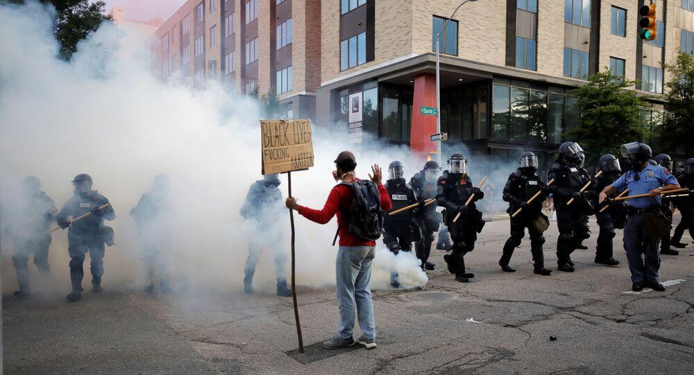Manifestante enfrenta policiais em Raleigh, nos EUA, durante ato em resposta à morte do cidadão George Floyd