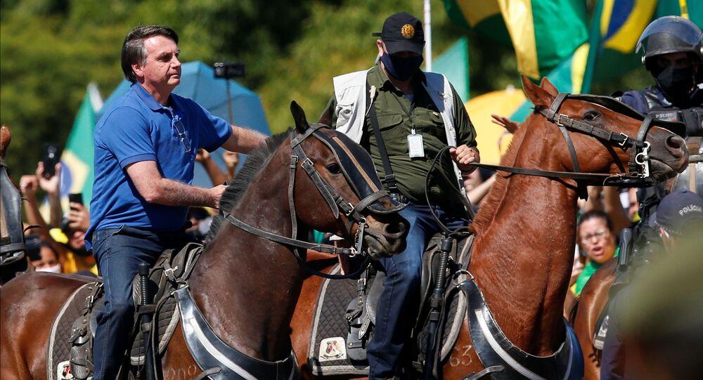 O presidente Jair Bolsonaro cavalga durante uma manifestação a favor de seu governo em Brasília, durante a pandemia do novo coronavírus, em 31 de maio de 2020.