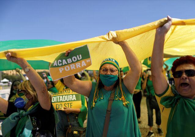 Manifestantes participam em protesto a favor do presidente brasileiro Jair Bolsonaro, em Brasília, em 31 de maio de 2020