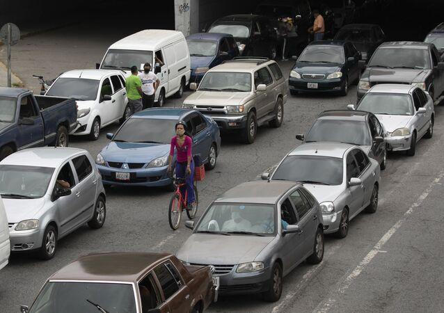 Veículos fazem fila para abastecer na capital venezuelana, Caracas, que enfrenta escassez de gasolina, 29 de maio de 2020