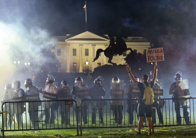 Polícia mantém manifestantes à distância perto da Casa Branca em Washington, EUA, em 31 de maio de 2020