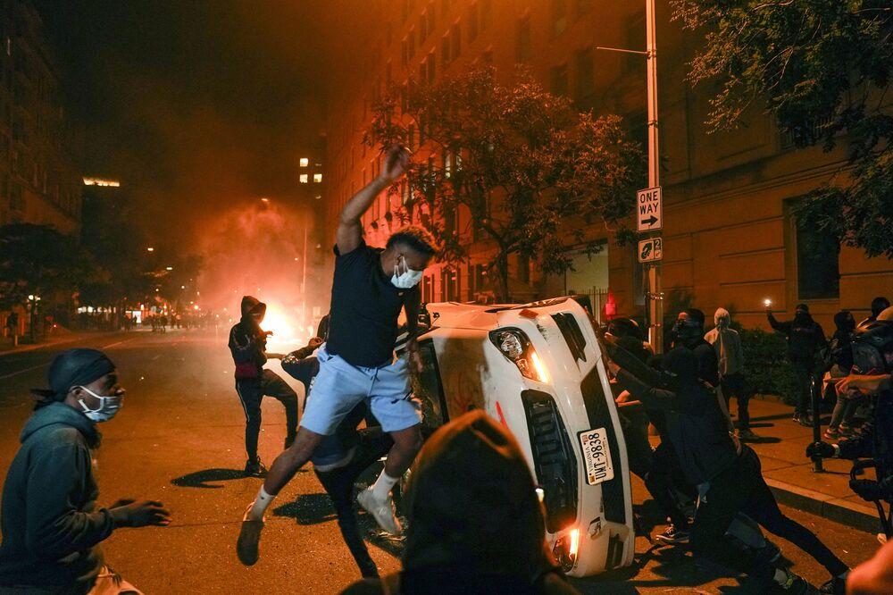 Manifestantes depredam carros durante protestos antirracista contra a morte do ex-segurança George Floyd.