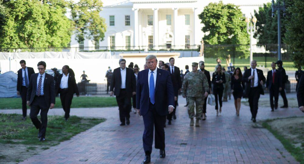 Em 1º de junho de 2020, o presidente dos Estados Unidos, Donald Trump, atravessa o parque Lafayette em direção à Igreja Episcopal de St. John, em frente à Casa Branca, em meio aos protestos contra o racismo após o assassinato de George Floyd.