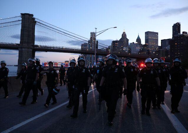 Policiais vigiam protestos por morte de George Floyd, em Minneapolis, no bairro de Manhattan em Nova York, EUA, 1° de junho de 2020