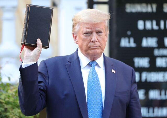 Presidente dos EUA, Donald Trump, segura bíblia em frente à Casa Branca em meio a protestos pela morte de George Floyd, Washington, EUA, 1° de junho de 2020