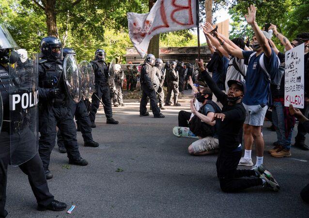 Polícia e manifestantes durante protesto contra a morte de George Floyd, em Washington, EUA, 1° de junho de 2020