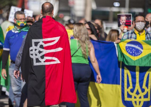 Manifestante usa bandeira do grupo Pravy Sektor, em manifestação na Avenida Paulista, no dia 31 de maio de 2020