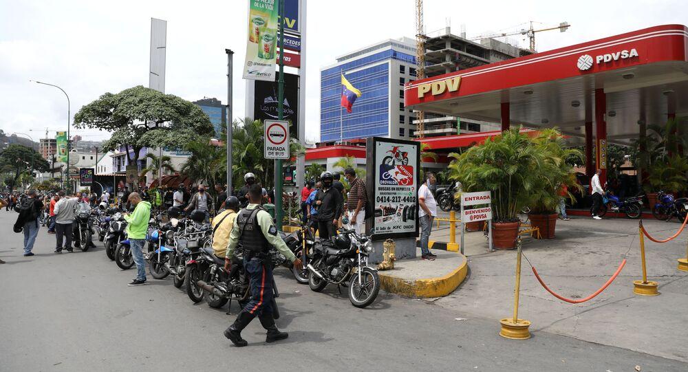 Pessoas fazem fila para combustível em um posto de gasolina depois que o governo da Venezuela lançou um novo sistema de preços de combustível, em Caracas, Venezuela, 1º de junho de 2020