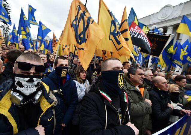Apoiadores de diversos grupos de nacionalistas radicais ucranianos, em manifestação em Kiev, 22 de fevereiro de 2017