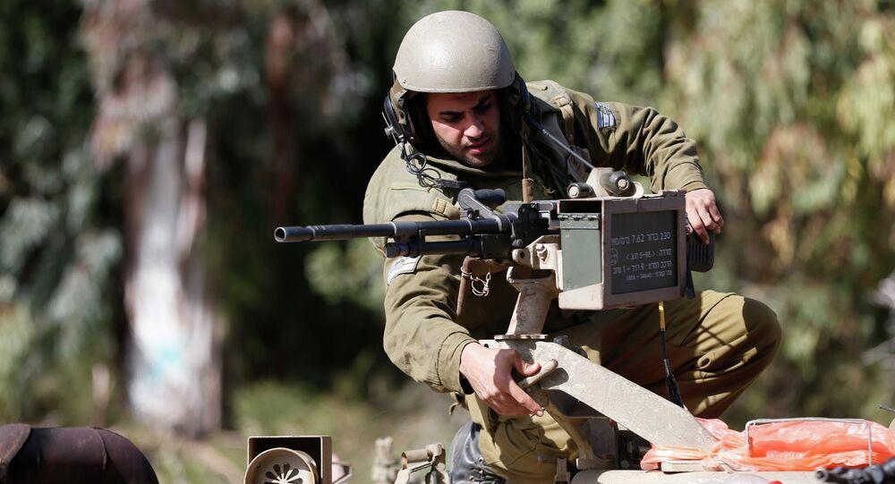 Soldado israelense ajusta arma (imagem referencial)