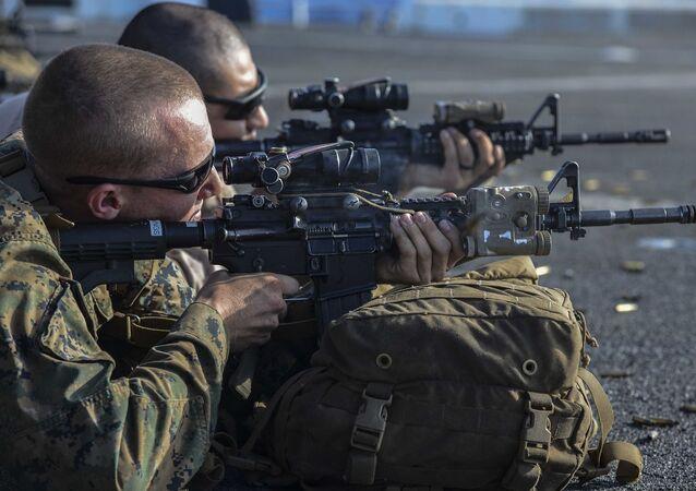 Fuzileiros dos EUA portando carabinas M4