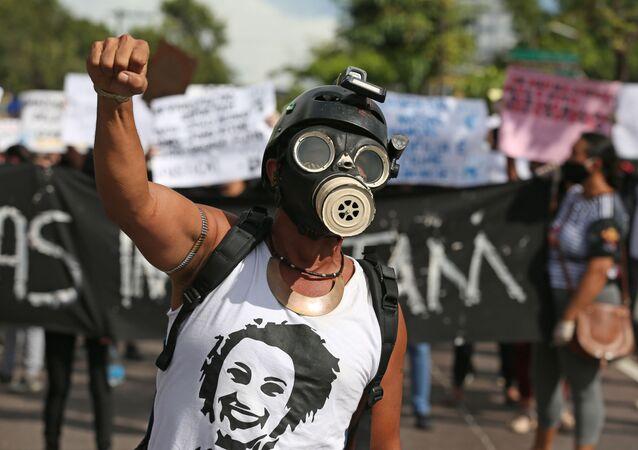 Manifestante durante protestos contra o governo de Jair Bolsonaro, em Manaus (AM), 2 de junho de 2020