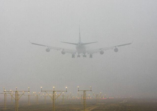 Um avião pousando na Índia