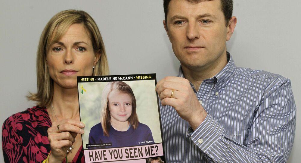 Kate e Gerry McCann exibem um cartaz com o possível rosto da filha, Madeleine, em 2 de maio de 2012