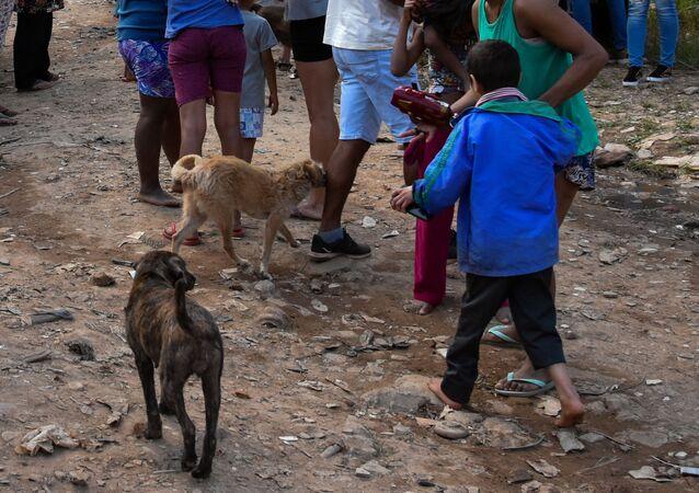 Pessoas em situação de pobreza extrema em comunidade da zona norte de São Paulo em meio à pandemia da COVID-19 (arquivo)