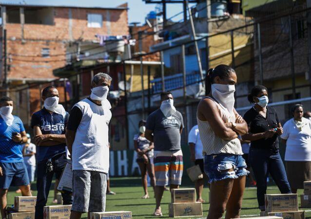 Em 24 de março de 2020, cerca de 400 moradores da favela de Paraisópolis, na zona sul de São Paulo, se apresentam como voluntários na entrega de sabão em pedra e álcool em gel na comunidade em meio à pandemia da COVID-19.