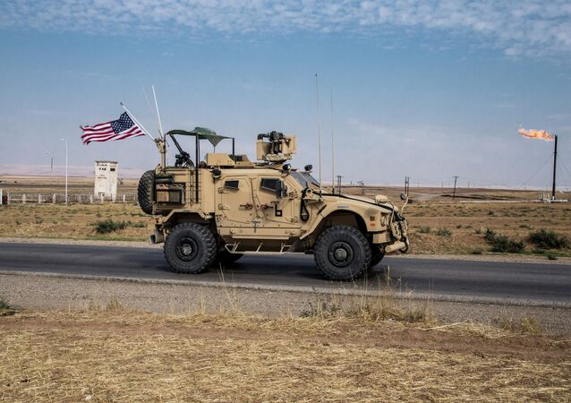 Veículo militar dos EUA patrulha campos de petróleo na Síria (imagem de arquivo)