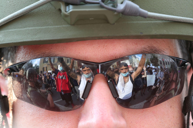 Manifestantes refletidos nos óculos de agente de segurança, próximo à Casa Branca, em Washington, EUA, 3 de junho de 2020