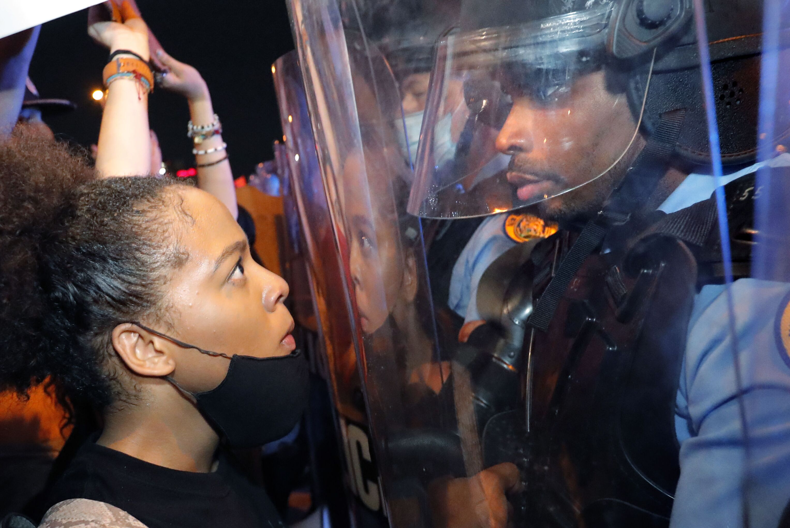 Manifestante encara policial durante protesto na cidade norte-americana de Nova Orleans, 3 de junho de 2020