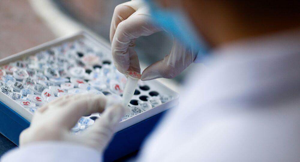 Funcionário trabalhando no laboratório em Pequim, China, 14 de maio de 2020