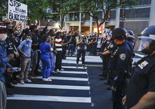 Protestantes confrontam policiais de Nova York como parte de um comício de solidariedade pedindo justiça pela morte de George Floyd, 3 de junho de 2020, no bairro de Brooklyn, Nova York, EUA