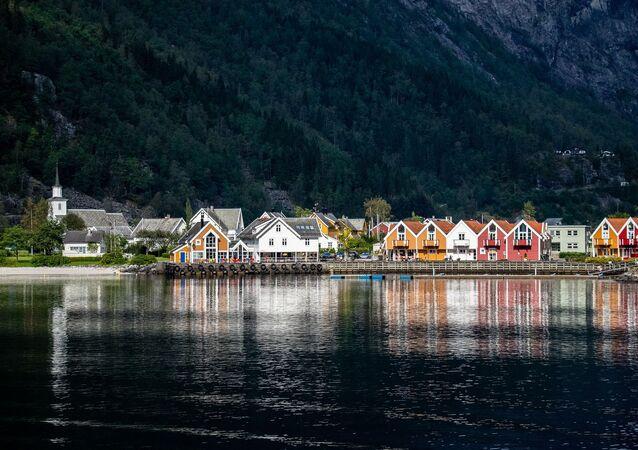 Casas na costa da Noruega (imagem referencial)