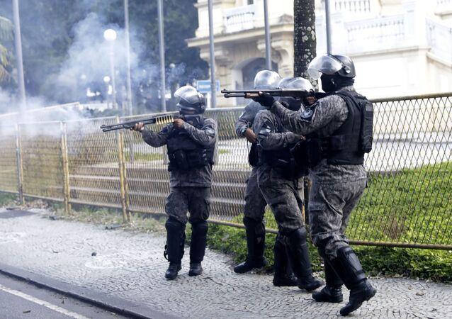 Polícia militar atira em manifestantes, durante protesto contra violência policial no Rio de Janeiro, 31 de maio de 2020