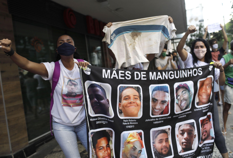 Mães que perderam seus filhos durante operações policiais protestam no Rio de Janeiro, 31 de maio de 2020