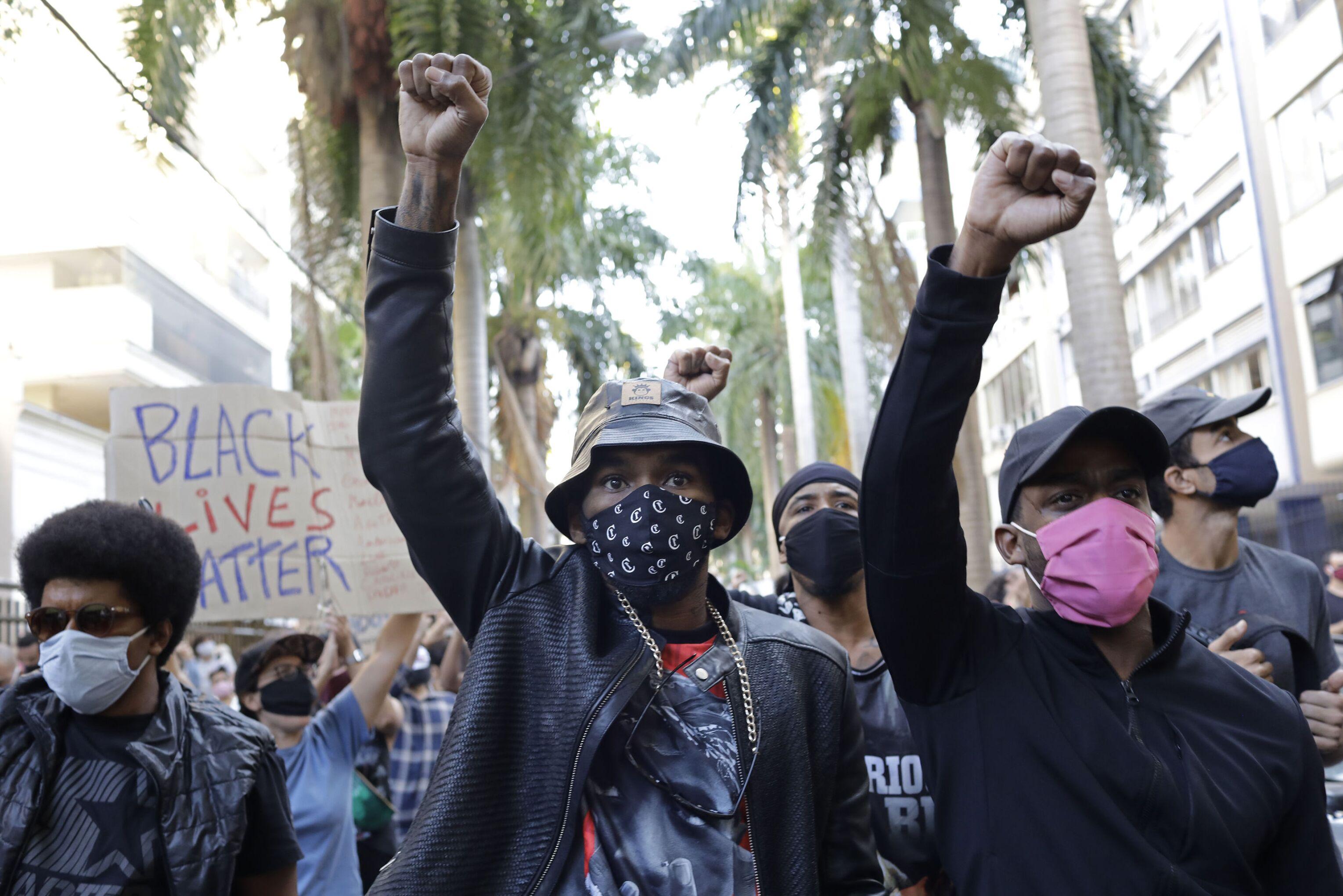 Manifestantes contra violência policial durante passeata no Rio de Janeiro, 31 de maio de 2020
