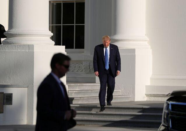 O presidente dos EUA, Donald Trump, sai do Pórtico Norte da Casa Branca para caminhar pelo Parque Lafayette para uma oportunidade de fotografia fora da Igreja Episcopal de São João, em frente à Casa Branca, Washington, EUA, 1º de junho de 2020