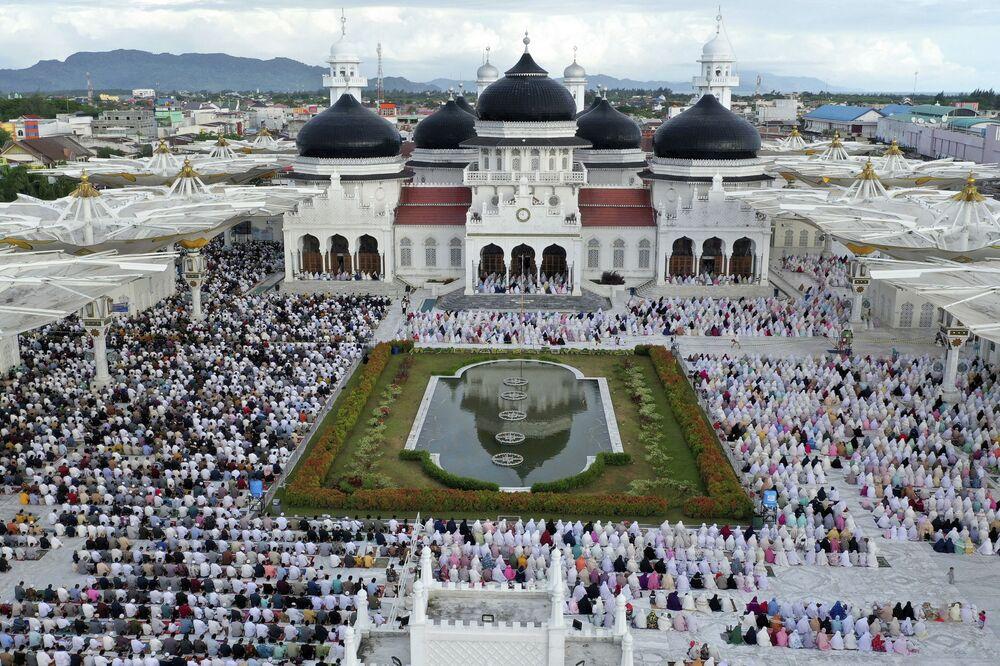 Vista aérea de muçulmanos rezando, em 24 de maio de 2020, diante da Grande Mesquita de Baiturrahman, na Indonésia, apesar das preocupações com a proliferação do coronavírus